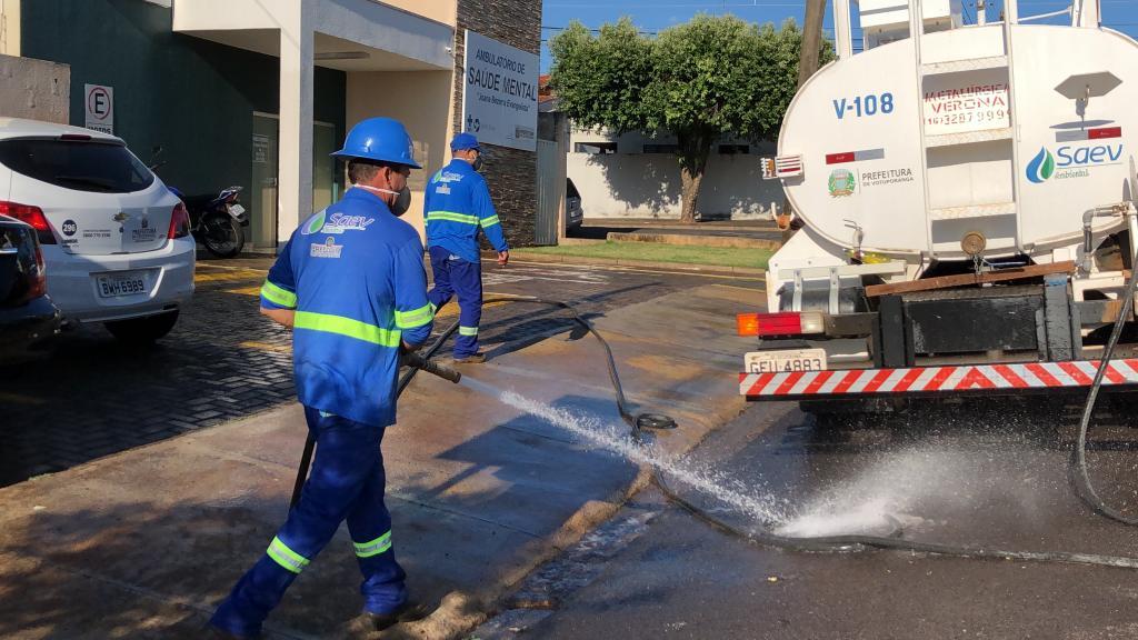 Saev Ambiental inicia desinfecção de ruas e calçadas próximo ao complexo da Santa Casa
